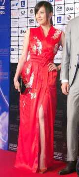 赤のチャイナドレス風衣裳でレッドカーペットに登場した藤原紀香 (C)ORICON NewS inc.
