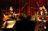 """『〜The 六十 th Anniv.〜""""ROCK 十""""CHAR LIVE IN 日本武道館』に出演した(左から)山崎まさよし、Char"""