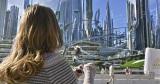 ディズニーランドのテーマパークの1つとして知られている[トゥモローランド]が現実となって存在しているような感覚になる場面写真(C) 2015 Disney Enterprise,inc. All Rights Reserved.