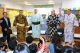 【子どもと交流する日馬富士(左から2人目)ら=14日、和歌山県田辺市城山台で】
