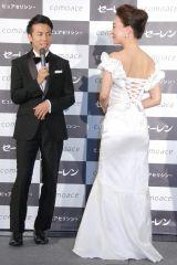 背中が大きく開いたドレスで登場した床嶋佳子(右)を見つめる綾部祐二(左)=化粧品『コモエース プレミアム』発表会 (C)ORICON NewS inc.