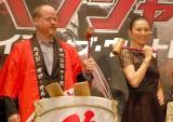 ジョス・ウェドン監督(左)に出演オファーをした米倉涼子(右) (C)ORICON NewS inc.
