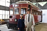 NHKのドラマ戦後70年『一番電車が走った』広島市内の広島電鉄江波車庫でロケを敢行(左から)黒島結菜、阿部寛(C)NHK