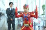 『FNS27時間テレビ2015』総合司会を務めるナインティナイン(左から)矢部浩之、岡村隆史 (C)フジテレビ