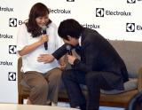 妊娠9ヶ月目の藤本美貴(左)のお腹に優しく触れた今田耕司(右)(C)ORICON NewS inc.