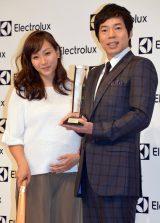 『第2回 エレクトロラックス・ベストクリーニスト賞』に出席した(左から)藤本美貴、今田耕司(C)ORICON NewS inc.