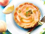 花びらのように並べられた桃がキュートな『桃とレモンクリームのチーズタルト』