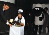 『ひつじのショーン』生誕20周年と、木村の芸能生活20年を祝した特別なケーキを運んで登場した加藤憲史郎(C)ORICON NewS inc.