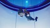 『LAVIE Hybrid ZERO』を手に持ちながらインドアスカイダイビングを行う様子