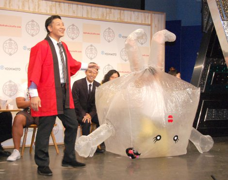 祝!『大覚寺カフェ』オープン記念イベントに出席した(左から)西陣織夫に扮したチョコレートプラネットの長田庄平、わらび舞妓ちゃんに扮した松尾駿