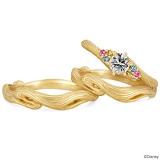 婚約指輪:¥389,800(K18YG、Dia0.3ct、ブルートリートダイヤ0.014ct×2P、イエロートリートダイヤ0.014ct×2P、ピンクサファイヤ1.5ファイ×2P)/結婚指輪:メンズ ¥100,000(K18YG)、レディース ¥80,000(K18YG)