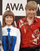 定額制音楽配信アプリ『AWA(アワ)』CM記者発表会に出席した(左から)IMALU、小室哲哉 (C)ORICON NewS inc.