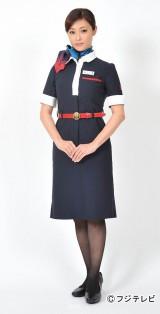 新しい日本航空の制服で初のキャビンアテンダント役に臨む深田恭子