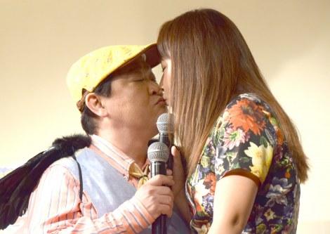 お馴染みのギャグでキスをした(左から)上島竜兵、野呂佳代 (C)ORICON NewS inc.