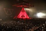 巨大なピラミッド型の幕の中からメンバーが登場 Photo by Taku Fujii
