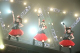 BABYMETALのワールドツアー日本公演『BABYMETAL WORLD TOUR 2015 〜巨大天下一メタル武道会〜』(左から)MOAMETAL、SU-METAL、YUIMETAL Photo by Taku Fujii