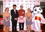 日本ハムの国産鶏肉ブランド「桜姫」試食イベントに出席したロバート馬場(中央)