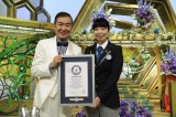 ギネスワールドレコーズの公式認定員・石川佳織さん(右)から認定証を受け取った桂文枝(左)(C)ABC