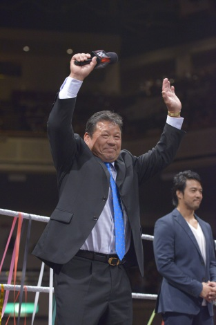 WWE日本公演 殿堂入りした藤波辰爾(奥はイタミ・ヒデオ) (C)2015 WWE, Inc. All Rights Reserved.