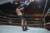 WWE日本公演 コフィ・キングストンにF5を仕掛けるブロック・レスナー (C)2015 WWE, Inc. All Rights Reserved.