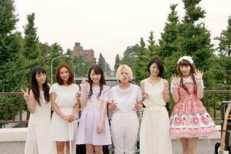 Draft Kingの新曲MVに出演した越智ゆらの(左から3人目)と監督を務めた鳥居みゆき(右端)