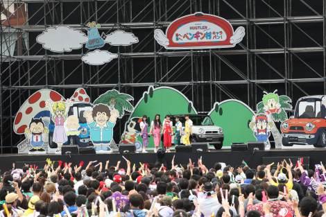富士急ハイランドで開催されたももいろクローバーZ出演の「西へ、東へ、ペンギン村キャラバン」ファイナル公演の模様