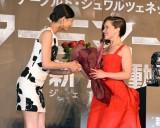 エミリア・クラーク(右)に花束をプレゼントする西内まりや(左) (C)ORICON NewS inc.