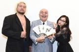 『キングオブコント2015』に参加を表明したまんてんトリオの三波伸介(中央)。メンバーのシラノ(左)、オケイ(右)とともに会見を行った (C)TBS