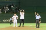 人生初の始球式に挑戦した本郷奏多=プロ野球「巨人×ヤクルト戦」始球式