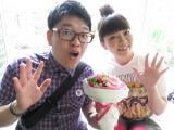 お笑いコンビ・トンファーの山西章博(左)との結婚を報告したタカダ・コーポレーションの大貫さん(右)
