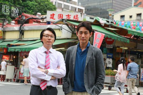 WOWOWで7月12日スタート『連続ドラマW 死の臓器』台湾ロケを行った小泉孝太郎(右)と川野直輝(左)(C)WOWOW
