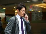 刑事の白井(豊原功補)に台湾に来たことを電話で告げ、雑踏の中を歩いていくシーン(C)WOWOW
