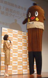 『2015年度 納豆クイーン』表彰式に出席した(左から)吉田羊、ねば〜る君 (C)ORICON NewS inc.