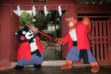 剣術を披露するくまモンと熊徹
