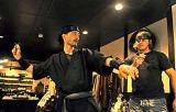 道場に訪れた外国人留学生に、手裏剣の投げ方を教える市川さん(京都市下京区室町通仏光寺上ル)
