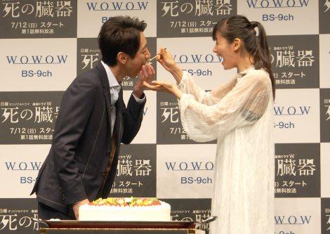 小西真奈美(右)にケーキを「あ〜ん」と食べさせてもらう小泉孝太郎(左)=『連続ドラマW 死の臓器』の完成披露試写会 (C)ORICON NewS inc.