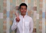 『にじいろジーン』新リポーターに加わった綾部祐二(ピース)(C)関西テレビ