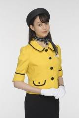 BSプレミアムのドラマ『ある日、アヒルバス』でバスガイドに扮するトリンドル玲奈(C)NHK