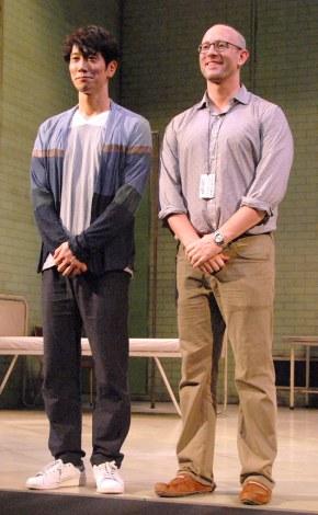 舞台『MACBETH』初日囲み会見に出席した(左から)佐々木蔵之介、アンドリュー・ゴールドバーグ氏 (C)ORICON NewS inc.