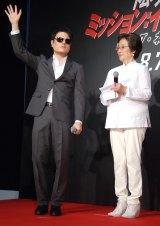 サングラスと特殊マスクをつけトムに扮して登場した井上裕介(左)(C)ORICON NewS inc.