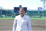 阪神甲子園球場のマウンドに立つビートたけし。8月1日放送、ABC『高校野球100年の真実〜心揺さぶる真夏のストーリー〜』に出演(C)ABC