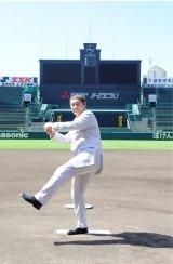 マウンドで自然にシャドーピッチングしたたけし。野球少年の魂、百までも(C)ABC
