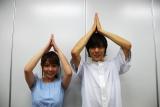 番組MC・野澤美仁(左)とニョッキポーズする井出卓也 (C)ORICON NewS inc.