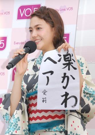 この夏挑戦したい髪型を書道で発表した松井愛莉=『VO5 ヘアスタイリングワゴン』オープニングセレモニー (C)ORICON NewS inc.