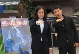 ポスターと同じポーズをとるピースの(左から)又吉直樹、綾部祐二=夏期限定お化け屋敷『呪い指輪の家』記者発表 (C)ORICON NewS inc.