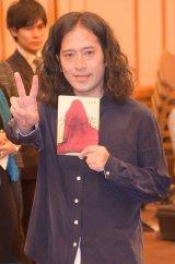 芥川賞で「ピース」! カメラに向かって笑顔をみせる又吉 (C)ORICON NewS inc.