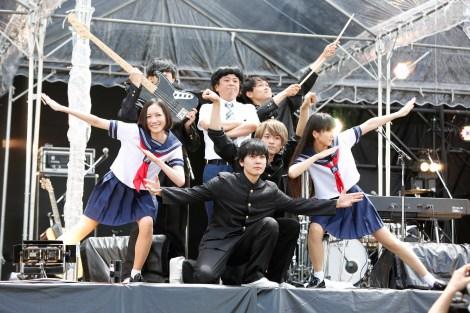 『Amuse Fes2015 BBQ in つま恋 〜僕らのビートを喰らえコラ!〜』限定コラボグループ「セクシーコマンドー部」で、Perfumeののっち(左端)とかしゆか(右)はミニのセーラー服姿を披露