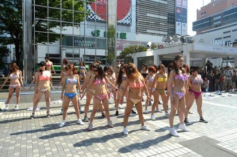 新宿アルタ前で水着姿の女性30人が突然ダンス! (C)ORICON NewS inc.