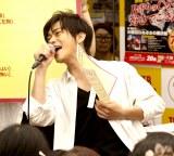 勝 勝次郎名義のデビューシングル「お風呂はぬるめの勝次郎」を熱唱する勝地涼(C)広川智基