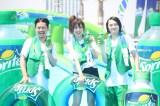 巨大ウォータースライダーを堪能する菊地亜美とピスタチオ
